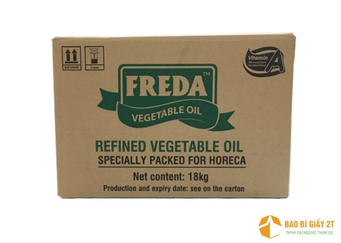 Thùng carton đựng dầu thực vật Freda được thiết kế cũng khá đơn giản, thể hiện tên thương hiệu và những thông tin cần thiết trên mặt thùng.