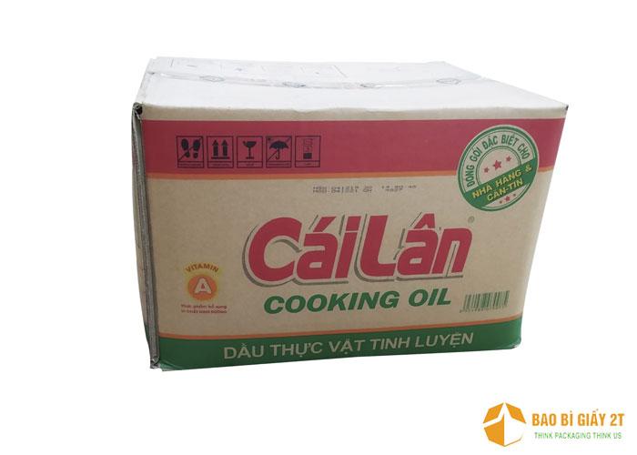 Thiết kế đơn giản, thể hiện rõ tên thương hiệu và thông tin cần thiết của thùng dầu ăn Cái Lân